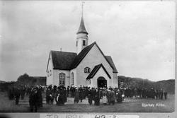 Kirkegjengere foran Bjarkøy kirke.