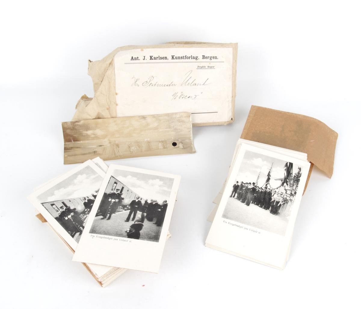 En pakke med flere postkort og et fotografi.