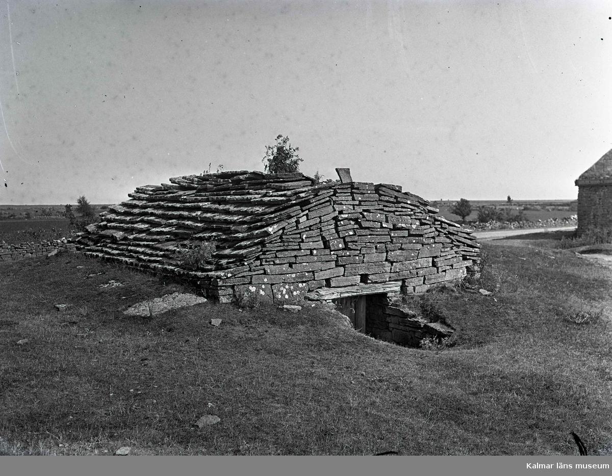 Jordkällare med tak och väggar av kalksten.
