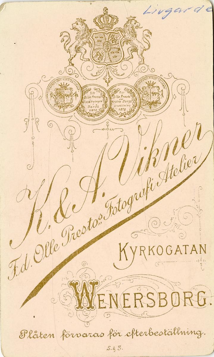 Firman innehades av bröderna  Karl (1855-1926) och Alfred Vikner (1859-1899). F.d. Olle Prestos fotografiska atelier.