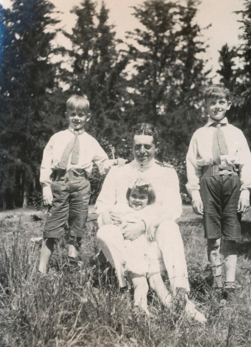 Greve Gösta Ehrensvärd med barn. [Gösta, Ulla och Carl-August Ehrensvärd].