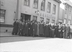 Grupporträtt utanför Barometerns redaktion på Västra Sjögata