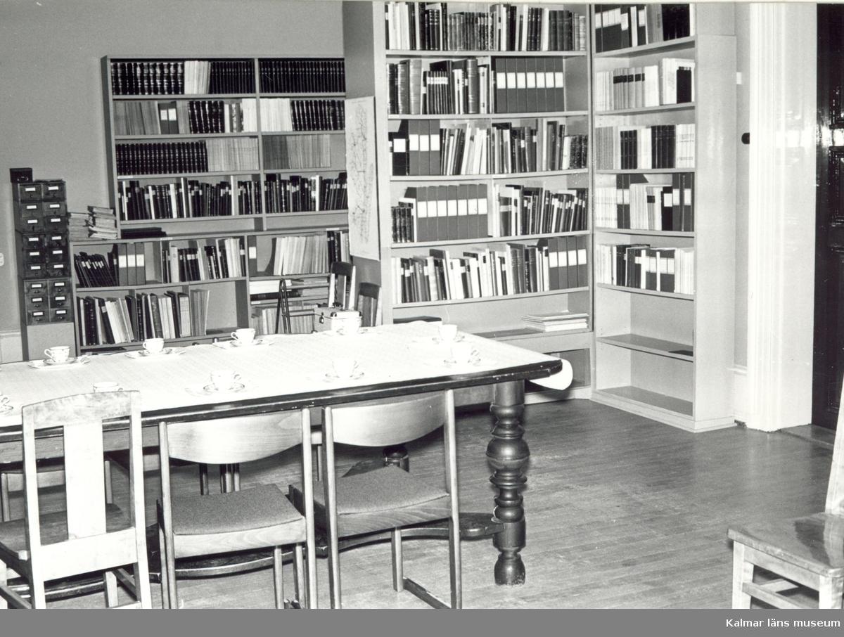 Småland, Kalmar län, Kalmar, Gamla stan, Kv Skansen. Villa Skansen byggdes av konsuln Johan Oskar Roosval 1883 Johan bodde där till sin död 1886.  Från 1914 till 1962 var navigatinsskolan inrymd i villan. Mellan 1965 och 1987 var Kalmar läns museums kansli inrymt i byggnaden. Personalen Gobelängkonservering.