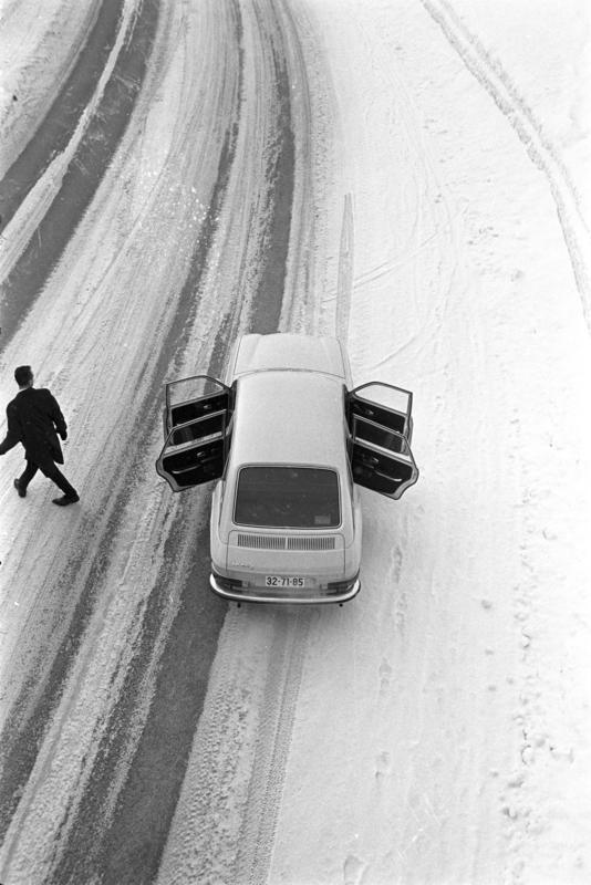 Mann og bil på vintervei i 1969.