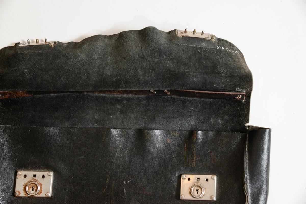 Svart skinnveske, dokumentmappe. To metallåsar.  Hank i  metall og skinn.