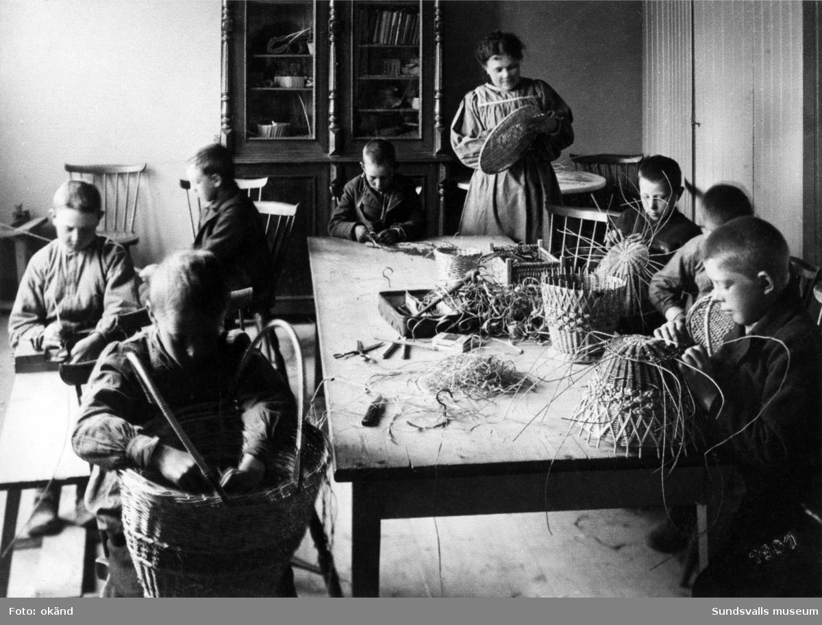 """Sundsvalls arbetsstuga. År 1897 öppnades verksamheten och enligt stadgarna var syftet att """"ur fattiga hem mottaga barn mellan 7-14 år för att genom lämplig undervisning i nyttiga handarbeten hos dem väcka håg för arbete och hindra dem från tiggeri och dagdrifvarelif"""". Verksamheten pågick parallellt med skolans terminer och varje år deltog ett hundratal barn i undervisningen. De arbeten som barnen färdigställde såldes sedan i slutet av terminen och behållningen tillföll den fortsatta verksamheten.  Från och med höstterminen 1940 upphörde verksamheten då lokalerna på grund av krigsårens mobilisering måste ställas till folkskolans förfogande. Redan tidigare hade dock folkskolan övertagit både slöjdundervisningen och bespisningen. Föreningens verksamhet upphörde 1946 då samtliga tillgångar överlämnades till Sundsvalls stad."""