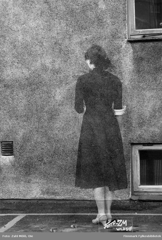"""Fotoserie av fotograf Ole Zahl Mölö. Tittel: """"Spøkelse"""". Vadsø, august 1967. Ole Zahl Mölös serie med eksperimenter (dobbeleksponering) i mørkerommet. Ole Zahl Mölö, også kjent som Zahl Møller under hans tid i Vadsø – med kunstnernavnet OZAM – er født 8.juli i 1937, i Vadsø. Fotoarkivet har ca. 7500 negativer av Ole Zahl Mölös arbeider i sin samling. Bildematerialet inneholder motiv fra Vadsøs lokalmiljø og gjenspeiler hans hverdagsliv i byen og bymiljøet i vekst på 1960-70-tallet."""