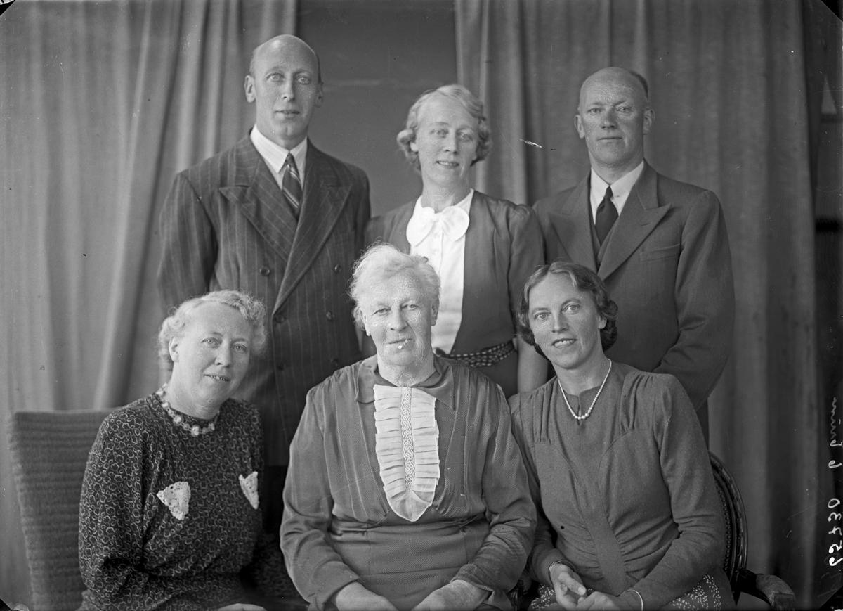Gruppebilde. Familiegruppe på seks.  Fire kvinner og to menn. Bestillt av Captein Sørhaug. Flotmyrgt. 125.