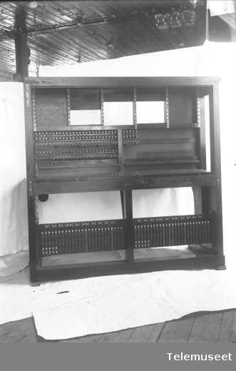Telefonsentral, langlinjebord, bakside, Skien.1.7.13. Elektrisk Bureau.