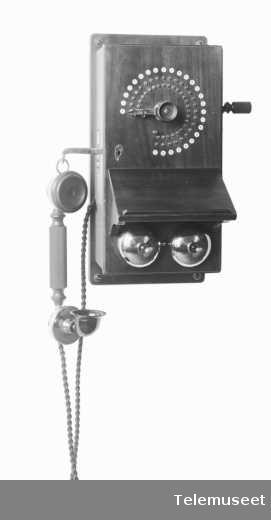 Telefonapparat, lokalt veggapparat i tre. 25 lj. Med mtlf.hengende. Klokke 400 ohm. 18.8.13. Elektrisk Bureau.
