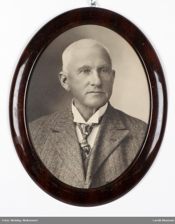 Fritz Nielsen, født 25. november 1861 - død ?. Larvik: Tollkontorist 28. november 1890. Konst. Tollassistent 6. september 1893. Tollbetjent 1. oktober 1906. Overtollkontrollør 13. juni - 25. juni 1928.