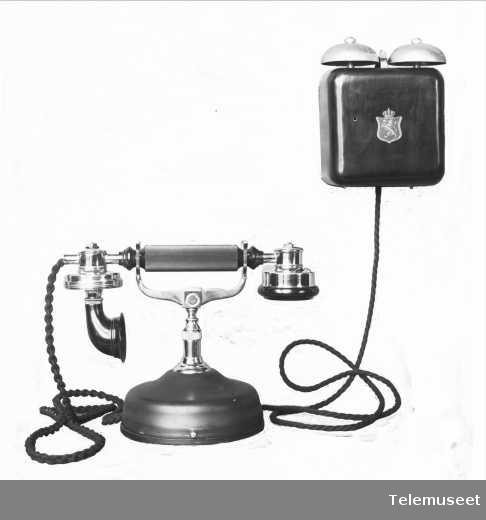 Telefon, cb, bordapparat i stål , mtlf liggende. Liten modell m klokkekasse. 29.1.14. Elektrisk Bureau.