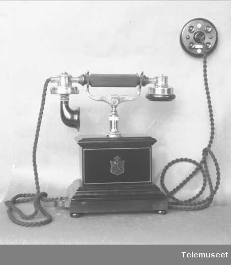 Telefon, cb, bordapparat i tre og stål , mtlf liggende. Klokke 1000 ohm. 29.1.14. Elektrisk Bureau.