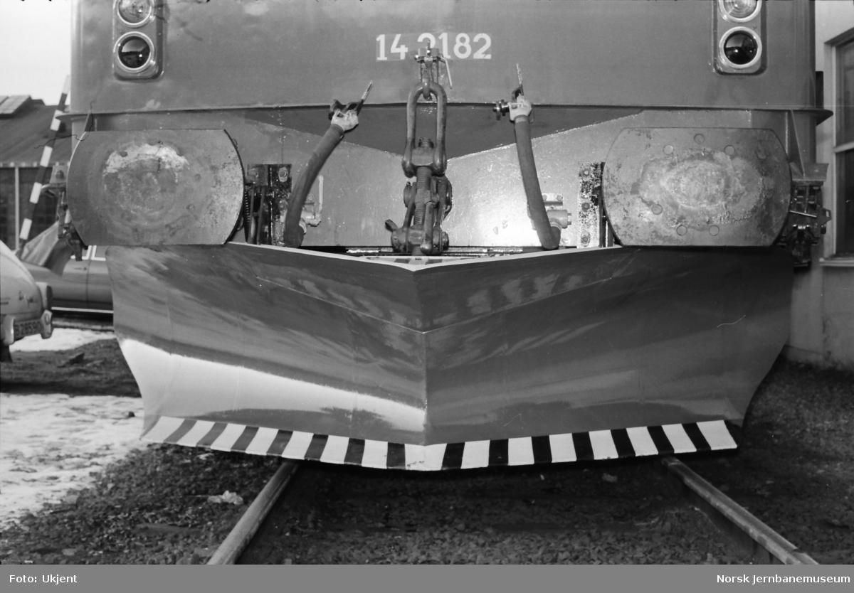 Elektrisk lokomotiv El 14 2182, front med underliggende frontplog