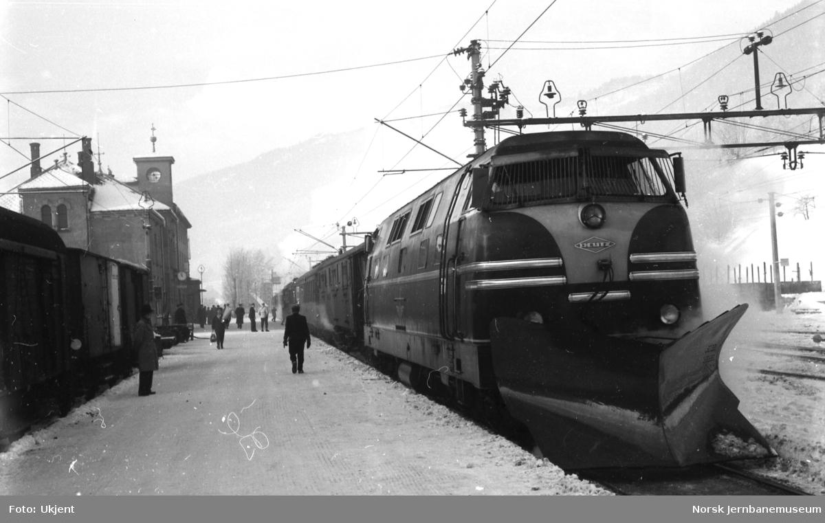Diesellokomotiv Deutz 40.02 - innleid lokomotiv for uttesting - på Voss stasjon