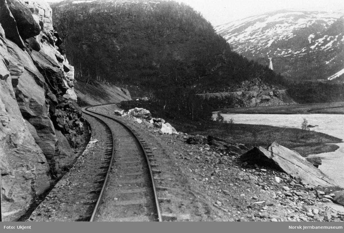 Jernbanelinjen ovenfor Ågifjellet holdeplass, vis a vis Stormo