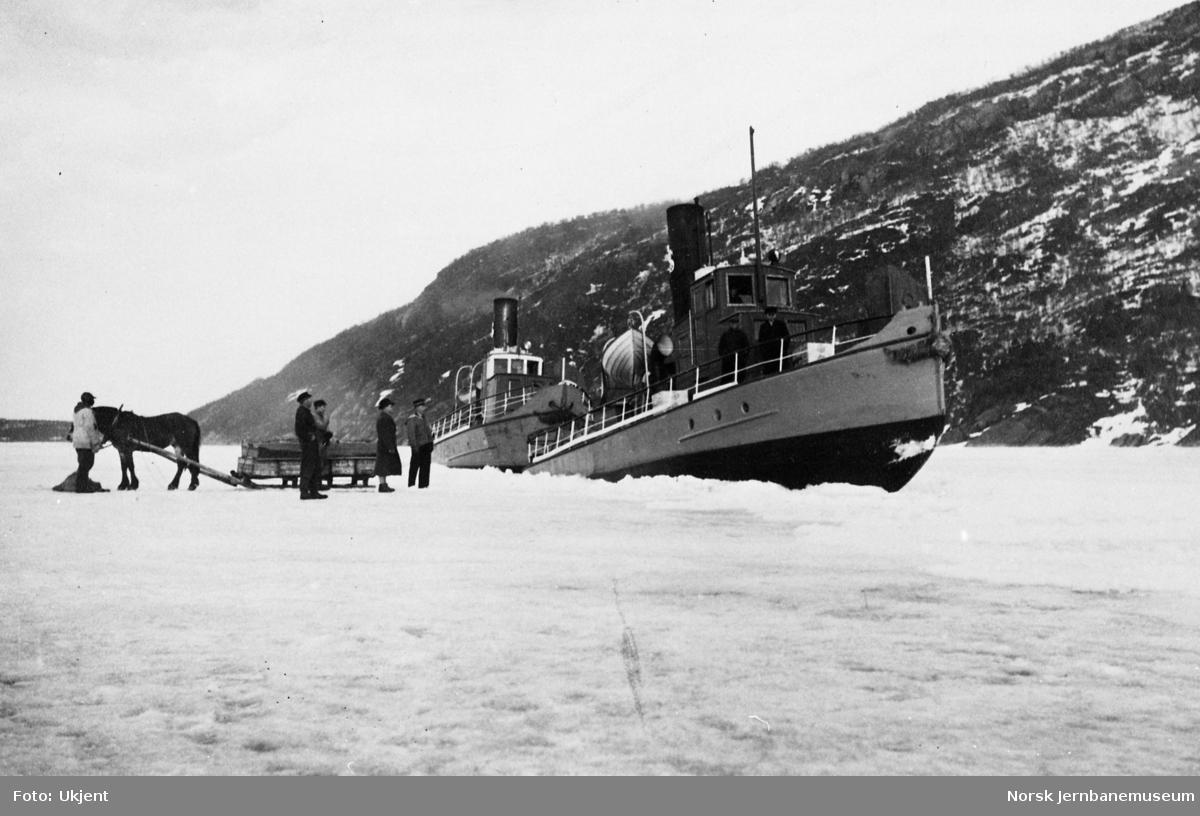 Omlasting mellom dampbåt og hesteskyss på isen på Øvervatnet mellom Moen og Engan - dampbåtene SULITELMA V og III