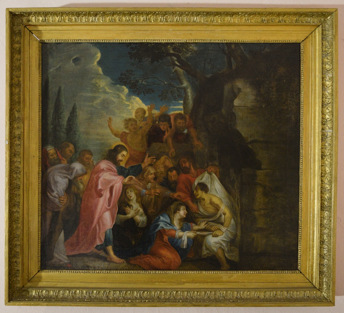 Bildet viser en scene preget av dramatisk bevegelse. En mann i lys rød kappe, Kristus, kommer inn fra venstre. Han skritter ut mot en sittende mann svøpt i hvitt, Lasarus, En mann med skjegg har nettopp avdekket Lasarus' ansikt, og en kvinne med blå kappe ligger på kne foran ham. Scenen foregår utenfor åpningen til en grav. Maleriet illustrerer med andre ord Lasarus oppvekkelse (Joh. 11).
