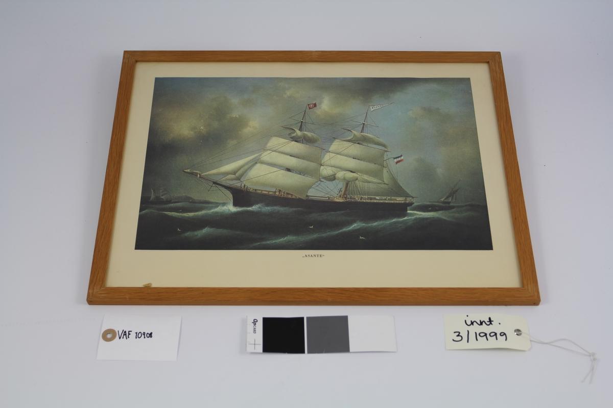 To-mastet seilskip i sjø,seilskip i bakgr. og land.