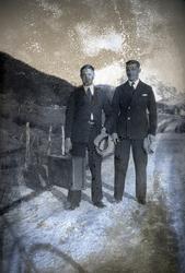 To menn i Sigerfjord i Sortland i 1932. Negativet har tydeli