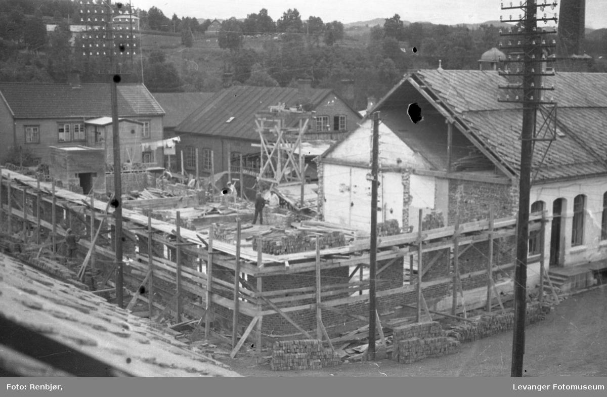 Bygging av nytt meieri i Brugata, vi ser forskalingen til murteinsbygget.