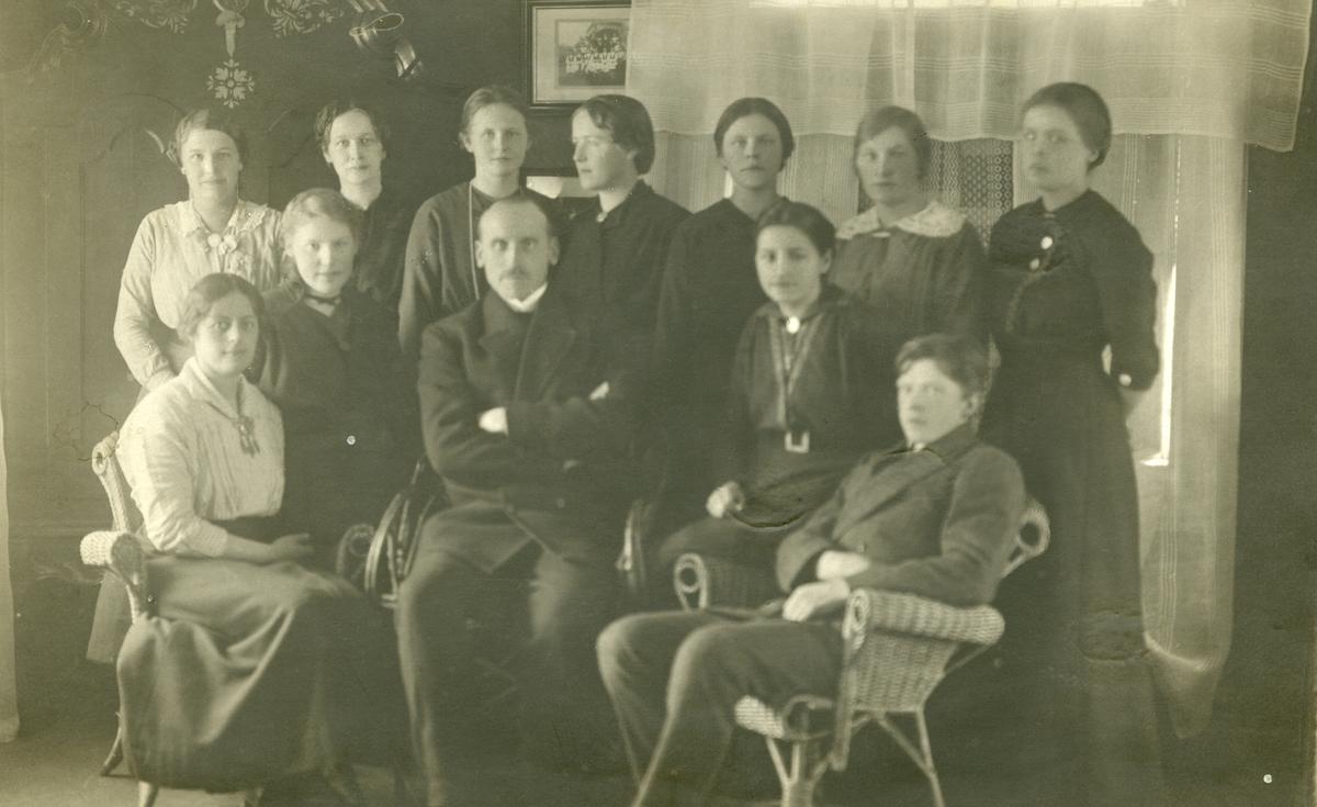 Elever og lærer ved Vestoppland folkehøgskule i 1916.