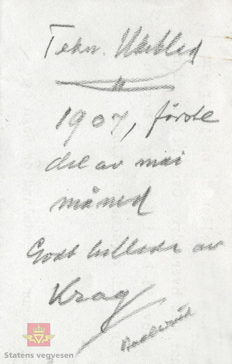 """Hans Hagerup Krag sittende i en Locomobil. Bildet er fra Teknisk Ukeblad hvor Andreas Baalsrud var redaktør i 1906-1909. Merking som fulgte  med bildet viser følgende: """"Tekn. Ukeblad 1907, første del av mai måned. Godt billede av Krag. Baalsrud"""". Krag gikk bort 8. mai 1907. Hans Hagerup Krag var født 9. august i Grong, og var vegdirektør i perioden 1873-1903. Andreas Baalsrud var født 5. mars 1872 i Stavern, og var vegdirektør i perioden 1919-1945.  """"Fra Caspary"""", i følge merking bak på bildet.   13.10.2017: """"Temmelig sikker på at stedet er Festningsplassen på Akershus.  Caspary - kjent bilpioner, jfr. bilfirmanavnet Kolberg, Caspary"""".   09.10.2017: """"Dette bildet er høyst sannsynlig tatt oktober 1903. Bilen er en Locomobil registrert nr. 6. Krag leide bilen i 9 dager med Ing. Bråten som sjåfør. Prisen var kr. 109.55 + leie av Bråten kr. 40,-. Albert Hiort sees til venstre på bildet. Samtidig med dette forlangte Krag at Hiort skulle kjøre fra Nationalteatret til Frognerseteren så raskt som mulig for å se hvor lang tid det to. Ca. 20 min opp korken! Disse dampbilene ble også benyttet av jernbane komiteen. (bilde) Hamar stål kjøpte også en bil Nr. 13 som NTM har gitt bort til Danmark's museum""""."""