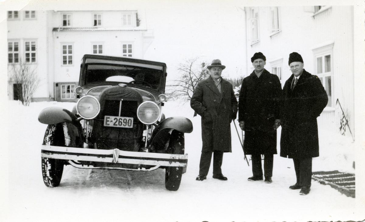 Torstein Høverstad saman med Olaus Islandsmoen og ein ukjend.