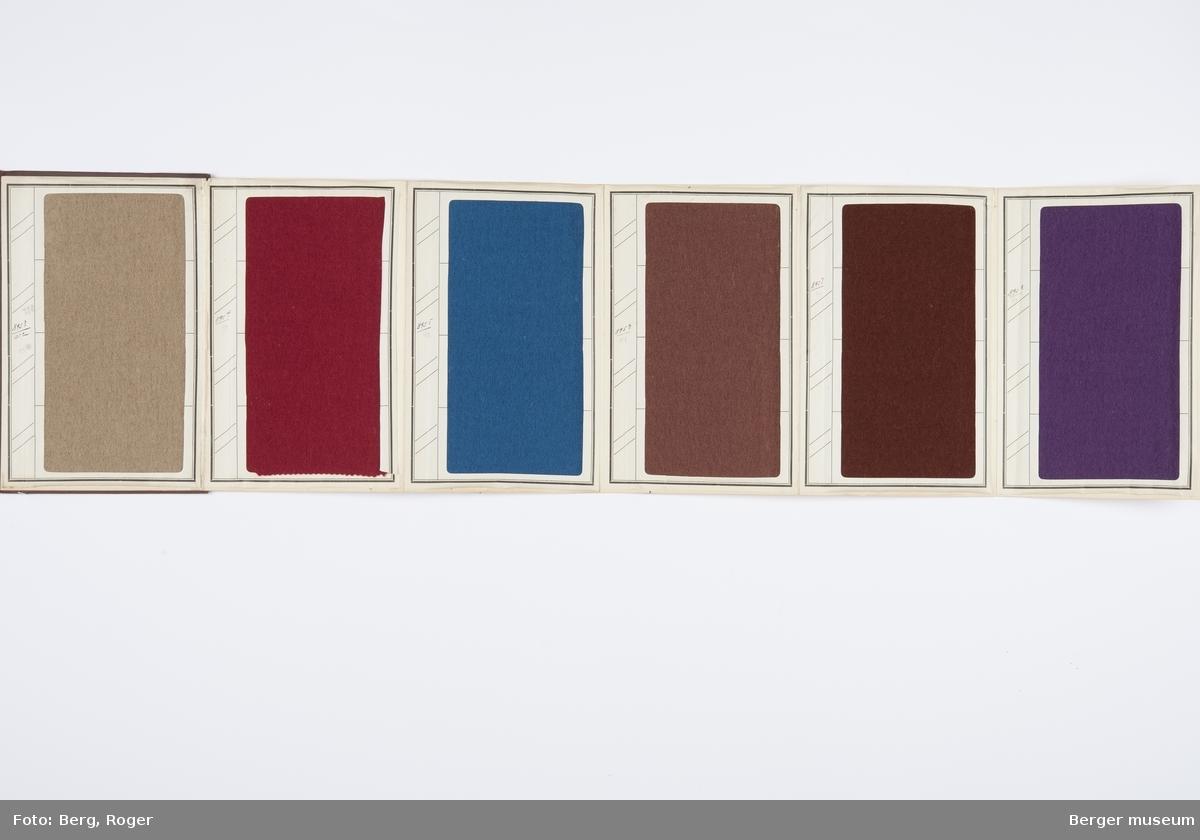 En prøvebok over metervarer til bekledningsstoff. Samme design og 6 farger. En prøve per side.