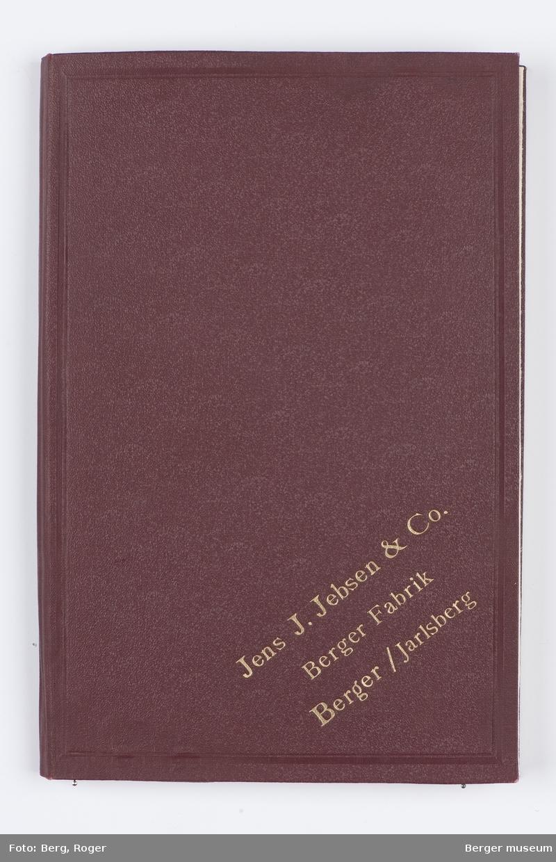En prøvebok over metervarer til bekledningsstoff. Tre forskjellige design. I denne registreringen er det 5 prøver hvorav den første ser ut til å være vevet med litt grovere melert garn.