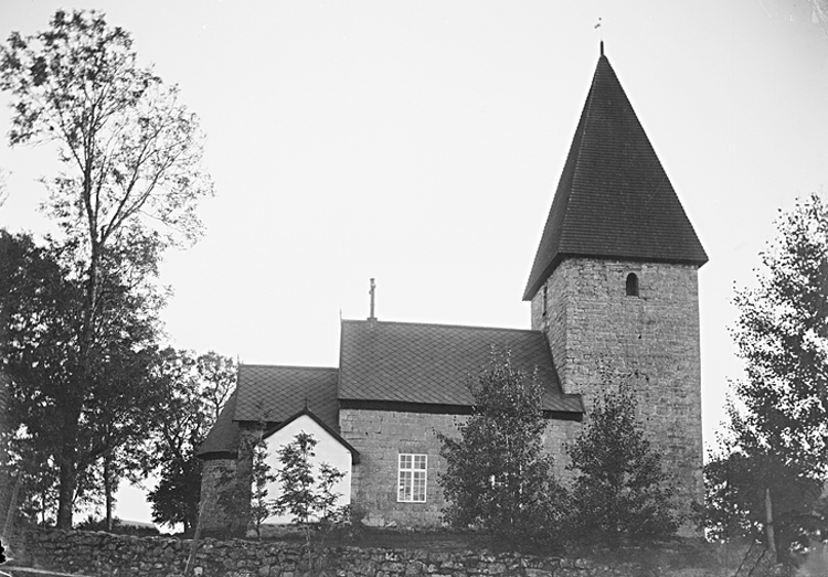 Bildtext: Kinne-Vedums socken. Kyrkan i september 1904.