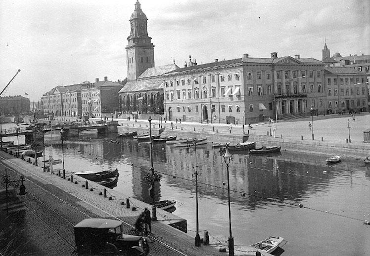 Bildtext: Göteborg.Längst ned i bilden är stadsmuseét, Tyska kyrkan, och Rådhuset.I förgrunden hamnkanalen.
