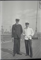 Fänrikarna Norman och Riben på fartygsdäck hösten 1929