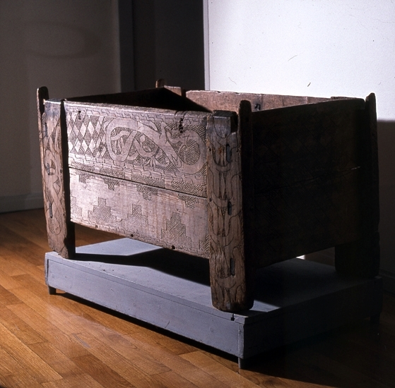Edåsakistan.Kista från omkring 1000 e. Kr. med inristade drakslingor.Nu i Västergötlands museums samlingar.Inv.nr. 1597.