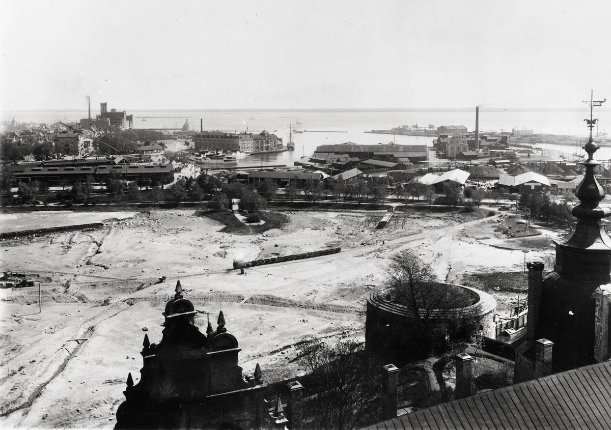 Utsikt från slottet över hamnen och sundet.