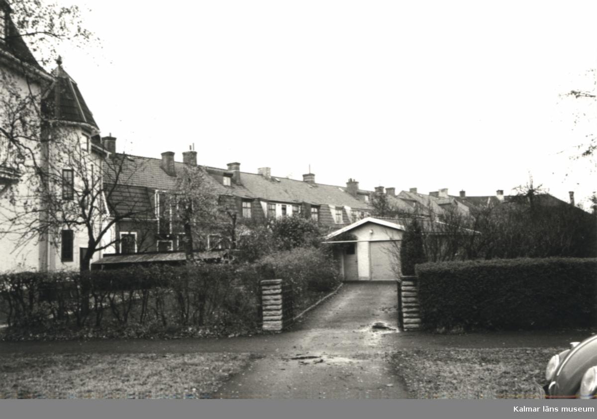 E8322. Det inre av kvarteret Grönsiskan, husen mot Lorensbergsgatan, sett från Ryttaregatan. Foto: Kerstin Pettersson 1974.