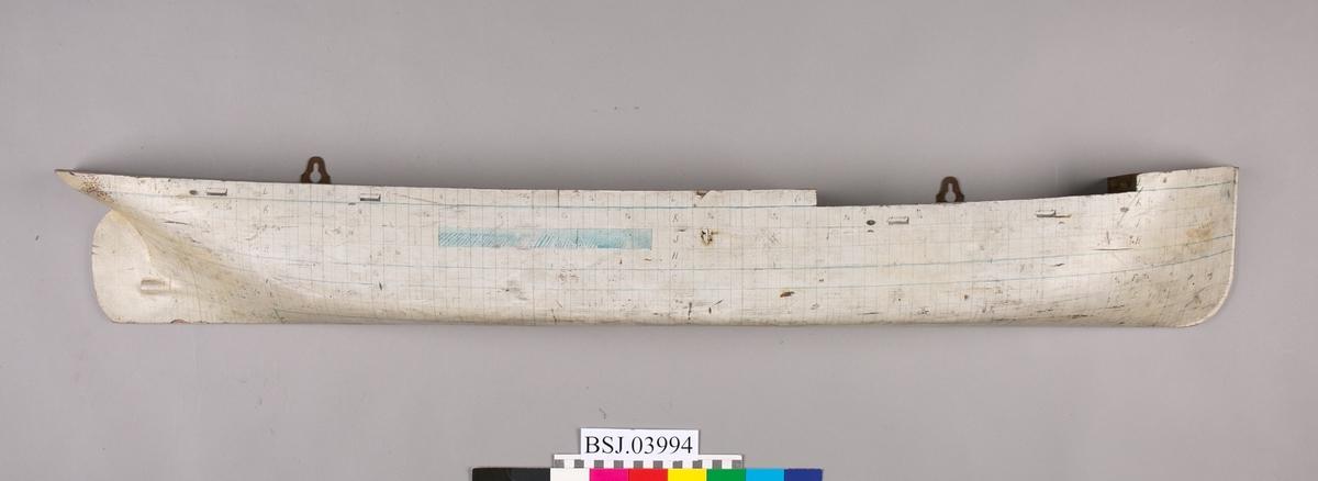Halvmodell av dampskip fra BMV, Laksevåg. Hvitmalt med plater, linjer og dimensjoner tegnet inn med tusj.