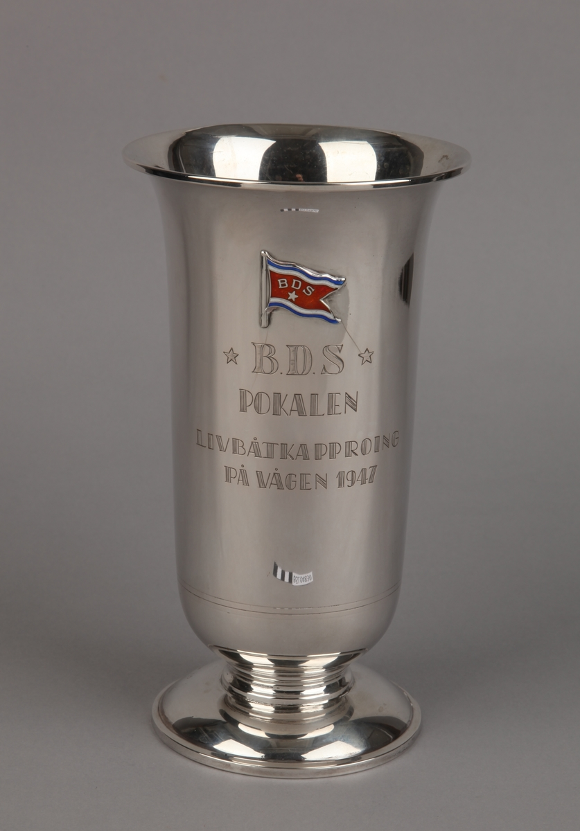 Sølvpokal med BDS sitt flagg emaljert som motiv.