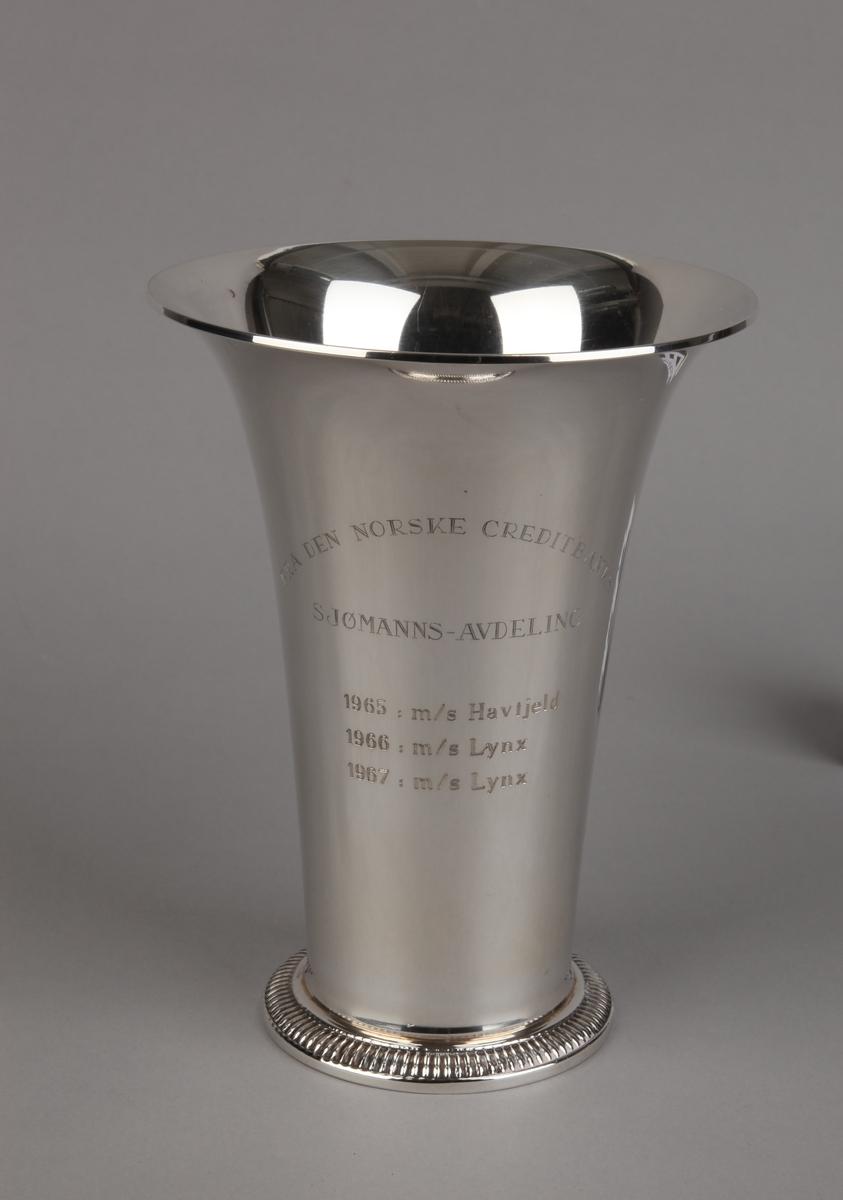 Sølvpokal gitt MS HAVFJELD og LYNX, på sokkel.
