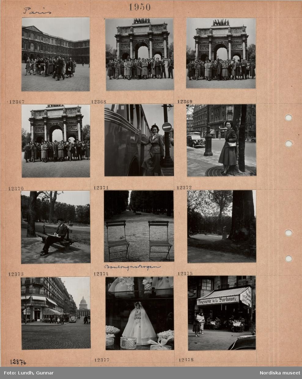 Motiv: Paris, turistgrupp går över en stenlagd öppen plats, turistgrupp framför triumfbågen, en kvinna i dräkt kliver på en turistbuss, en kvinna i dräkt och axelväska står lutad mot ett träd på en gata, Boulognerskogen, en man sitter med en tidning på en parkbänk, två kaféstolar framför en bred trädkantad gångväg, tjock trädstam, skulptur, gathörn med kafé, uteservering, i bakgrunden Panthéon, fotgängare, skyltfönster med sötsaker och prydnader (för konfirmation?), ölkafé med uteservering, gäster vid bord, markis, fotgängare.