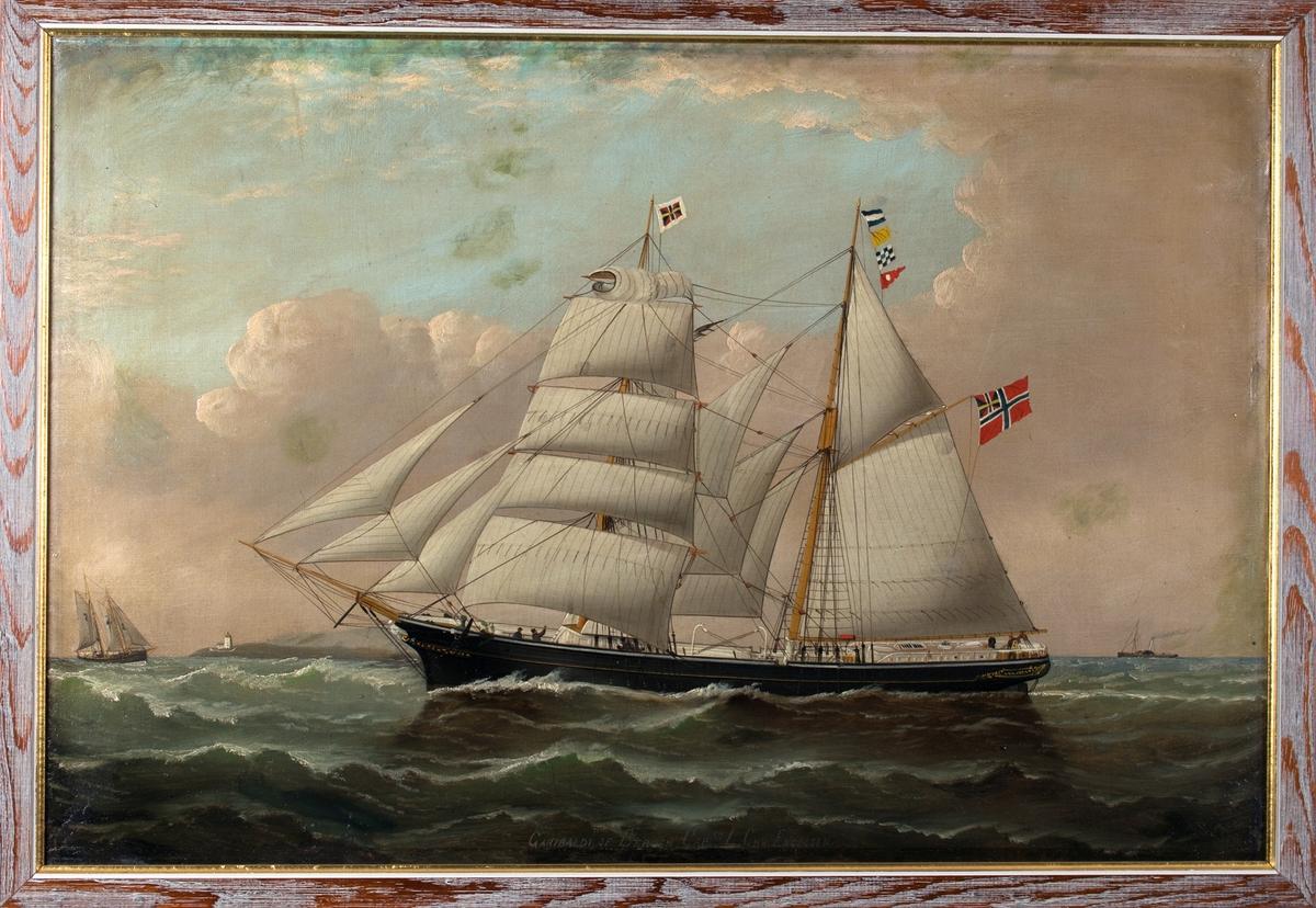 Skipsportrett av skonnertbrigg GARIBALDI med full seilføring. I fortoppen unionsmerket norge-sverige, signalflagg med bokstaaver JQNC og unionsflagg på aktermast. I bakgrunnen sees et fyrtårn og en losskute, og til høyre et dampskip.