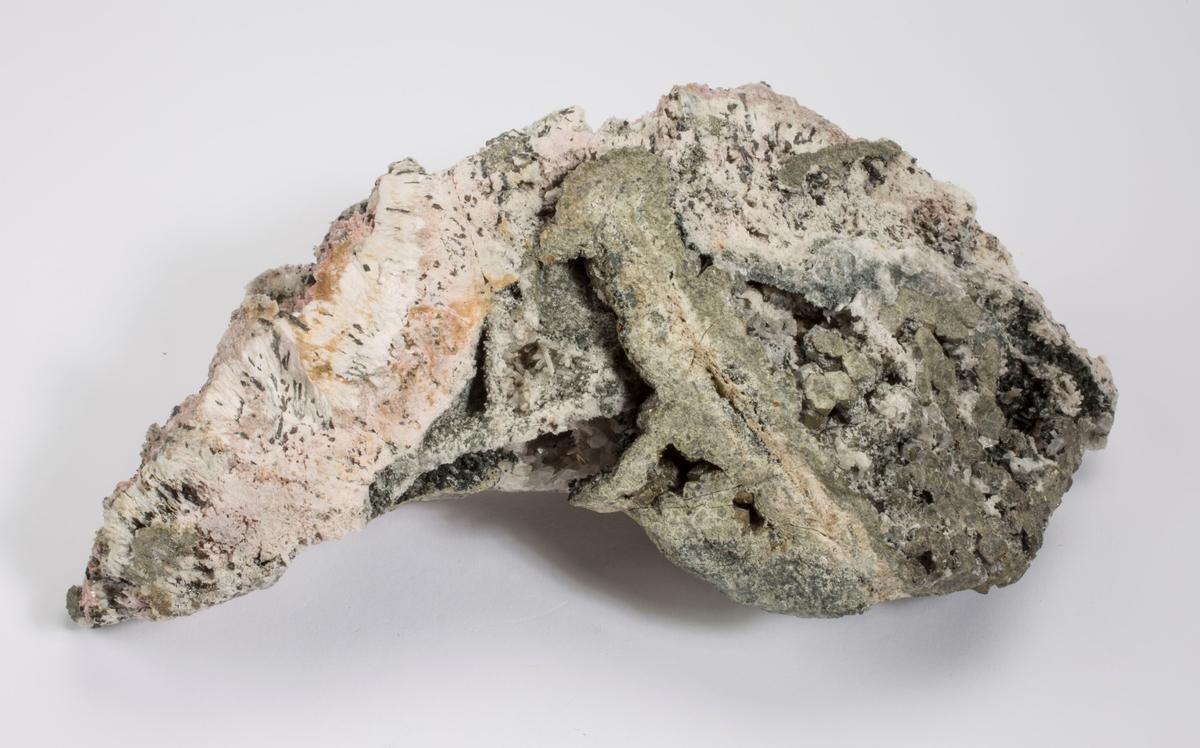 Rhodocrositt med sinkblende(?), pyritt, kalsitt (etset), kvarts ++, andraditt