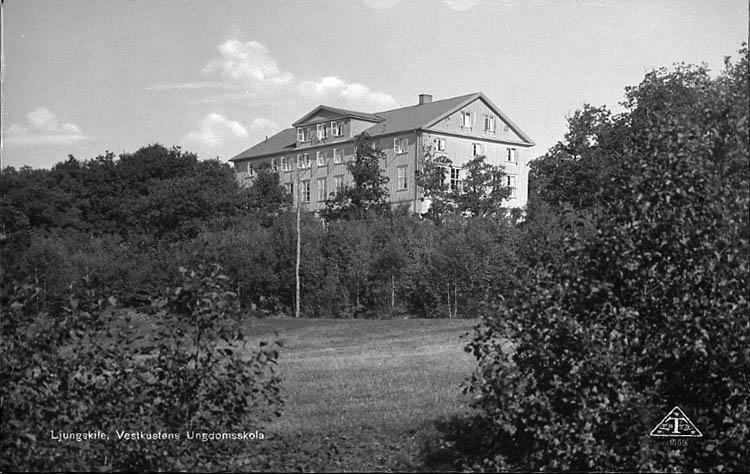 """Enligt Bengt Lundins noteringar: """"Ljungskile. Folkhögskolan. Vykort TF 1559 Foto BL 997""""."""