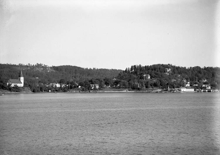 """Enligt Bengt Lundins noteringar: """"Lyckorna. Ljungs kyrka från sjön. Film Li BL 776""""."""