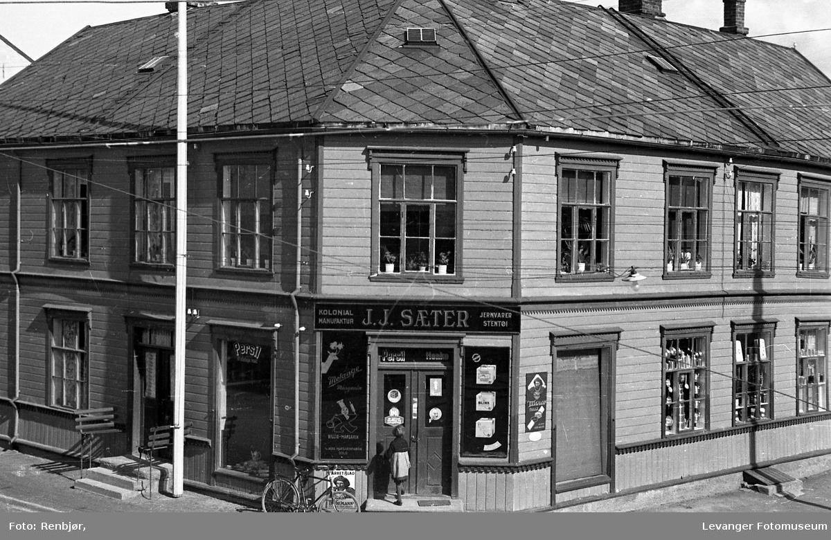 Utsikt fra Renbjørs hjørnevindu, til butikken JJ Sæter