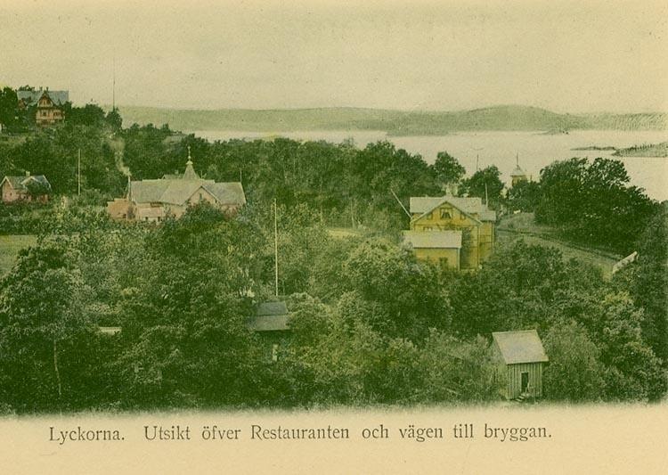 """Enligt Bengt Lundins noteringar: """"Lyckorna. Utsikt öfver Restauranten och vägen till bryggan""""."""