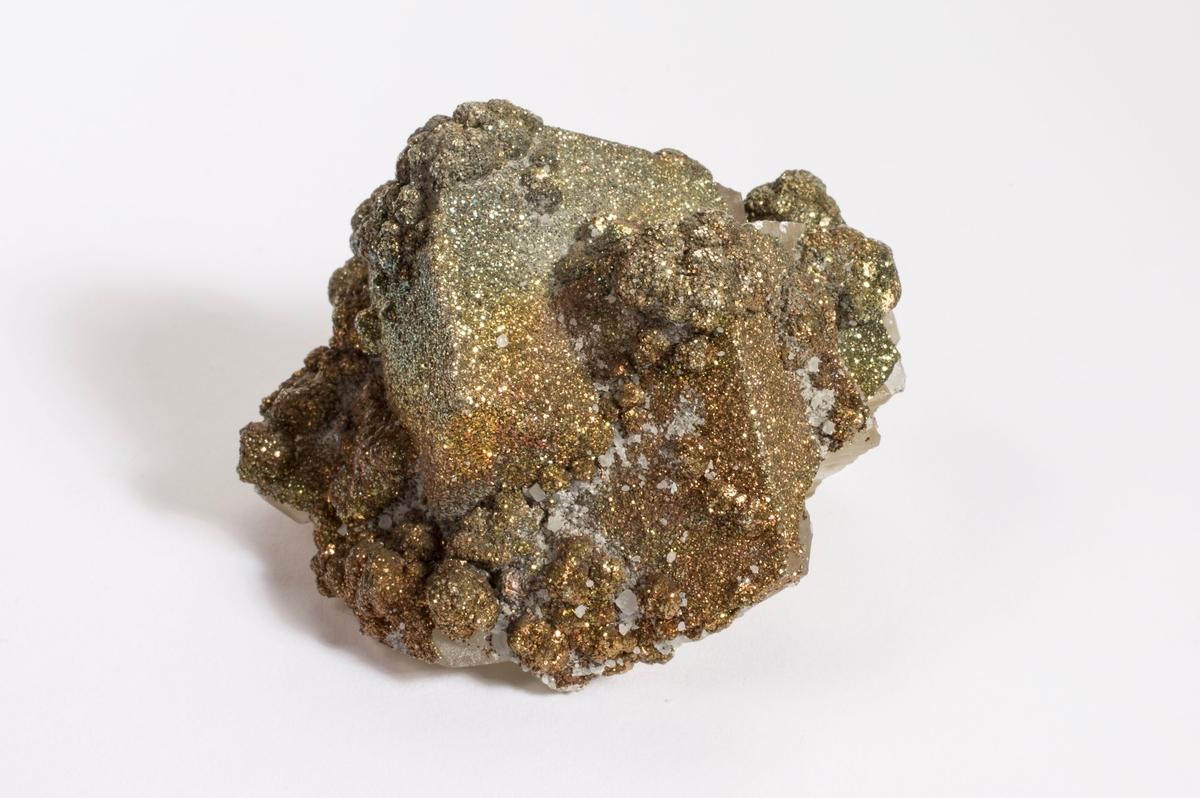 KULER OG HINNE AV PYRITT PÅ LYSEGULE, KLARE KALSITTRHOMBOEDERE Metallisk gulbrun Funnet: 130N