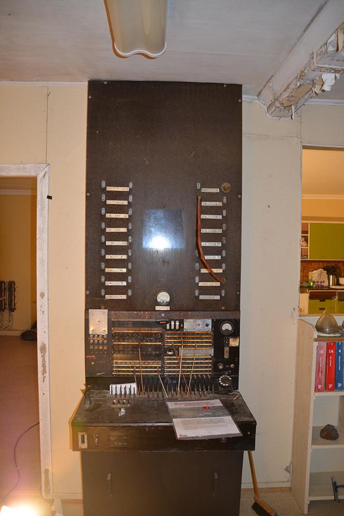 Rundemanen, Bergen. Stasjonsbygningen, i tillempet nasjonalromatisk stil, er bygd i tre uten kjeller. Den inneholdt foruten ekspedisjonsrom og senderrom, et kontorrom, et lite batterirom samt veranda. Senderen var i 1912 en gnistsender på 5 kW fra Telefunken. Den hadde en rekkevidde på 350 nautiske mil og ble erstattet med en 4,5 kW «Rævsender», den første i Europa i 1922.     Etter at Stortinget bevilget 80.000 kroner til bygging av Bergen radio 4. mai 1911, kunne stasjonen offisielt åpnes 1. september 1912. Anlegget bestod av en radiostasjon med stasjonsbygning, funksjonærbolig og transformatorhus og lå på på toppen av Rundemanen, 560 mo.h. Rundemanen var utenfor rekkevidde av fiendtlige krigsskip, men innenfor beskyttelse av Kvarven Festning.   Den hadde en rekkevidde på 350 nautiske mil  Transformatorkiosken var bygd i «Ålesundsmur» tekket med kobber og er i dag revet. Et eget maskinhus med aggregat kom i 1917, oppført i tre i en etasje uten kjeller. Maskinhuset med komplett verksted og aggregat er bevart, sammen med blant annet verktøy.  Linjemannsboligen, bygd i 1919-1920, ble revet i 1982. Bygget var oppført i stein i halvannen etasje pluss kjeller og inneholdt en familieleilighet samt diverse soverom og lager. Også messebygningen, eller funksjonærboligen, ble revet i 1982. Bygget var fra 1912, oppført i tre, i 1 1/2 etasje med kjeller. Husets første etasje inneholdt bestyrerleilighet og messe mens annen etasje var innredet med hybler. Det var badekar i kjelleren. Drikkevannet ble hentet via pumpe fra et inngjerdet tjern. Kloakken gikk ut i terrenget. Samtlige hus hadde elektrisk lys. Alle bygninger unntatt transformatorkiosken var tekket med skifer.  I 1927 fikk stasjonen skipsradiotjeneste på kortbølge. Tjenesten ble flyttet til Rogaland radio i begynnelsen av1960- årene, mens Bergen radio holdt frem som kystradiostasjon på mellombølgen.  I 1930 ble ekspedisjonen flyttet til Fyllingsdalen, mens stasjonen på Rundemanen fortsatte som senderstasjon. Ekspedisjo