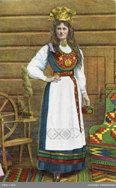 Postkort, tegning av kvinne i bunad og brudekrone.