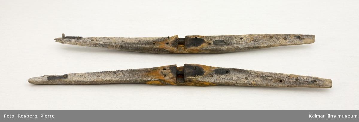KLM 24283. Ankare, stockankare. Ankare av järn med ring, delvis lindad med tross. Tross som avlägsnats från ringen finns även sparad. Läggen är avbruten i två delar. Ankarstock av ek som består av två kraftiga trästycken som varit ihopnaglade med dymlingar. Ankaret och stocken förvaras numera separat.